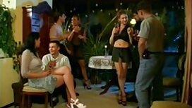 Musta-haired omat seksivideot tyttö tupakointi Strippari juhlissa