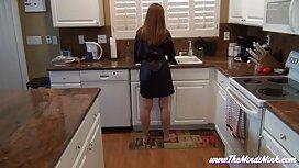 Nuoret alasti siivotessaan keittiötä, venäläinen pillu ja.