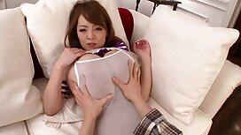 Kaunis seksifilmi ilmainen nuori nainen riisumassa alusvaatteitaan kameran edessä.