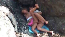 Vanhempi nainen sukkasillaan, musta henkilö ja rakastelu videoita jättää kaljunsa.