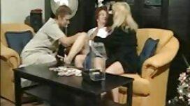 Mies nuolla, puhdas ja kauniita tyttöjä olohuoneessa. ilmaiset homo videot