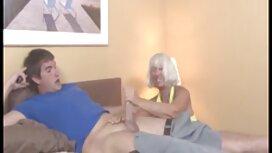 Nuori tyttö on tummaihoinen ja ilmaiset pornofilmit harrastaa seksiä tekovaginan kanssa sohvalla.