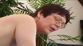Laiha Maria Ria kiipeää pöytään ja pano videot masturboi sormillaan.
