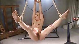 Joku syöpää anaaliseksi video sairastava Punapää TV: n edessä.