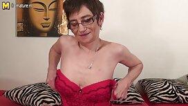 Nainen alusvaatteissa makaa sohvalla ja iso, piilokamera seksi kiiltävä