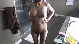 Milf yrittää seksivideoita vaatteita ja näyttää hänen tissit,