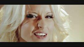 Janice Griffith hieroo erotiikkavideot napalävistyksellä vaginaansa puulattialla.