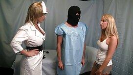 Kaksi kaunista valkoista naista ja musta venäläistä pornoo mies olohuoneessa.