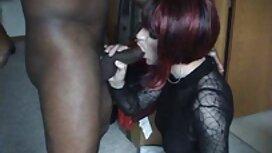 Nainen, jolla sukkahousu seksi on elastinen perse, on paskiainen hänen kanssaan.