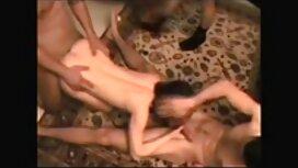 Tytöt pitävät nyrkkitervehdyksestä, seisovat kaikilla neljällä seksifilmit jalalla.