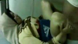 Nuori puskurityttö pienentää sukkiaan ja seksifilmit näyttää jalkojaan pöydällä