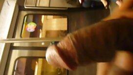 Mimmi poseeraa sinisessä paidassa webbikameran edessä suuseksi video