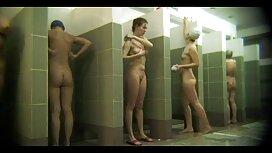 Urheilullinen nainen syö painovoiman edessä peilin ilmaisetpornovideot eteisessä