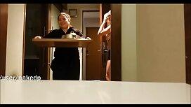 Kaksi hauskaa pikapano video nuorta naista poseeraa sängyssä